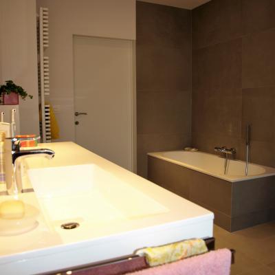 Badkamer renovatie met bad en douche