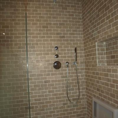 Badkamer met zitbakje in douche